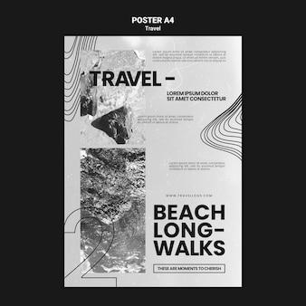 Monochromatische verticale postersjabloon voor ontspannende lange strandwandelingen