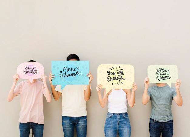 Montón de amigos posando con pancartas