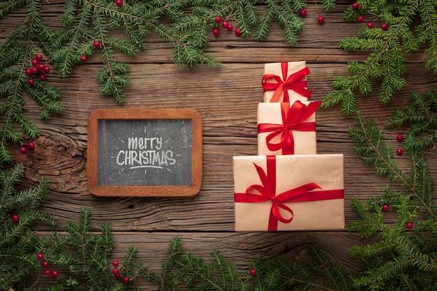 Montón de regalos y hojas de pino de navidad