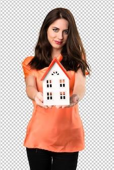 Mooi jong meisje dat een klein huis houdt