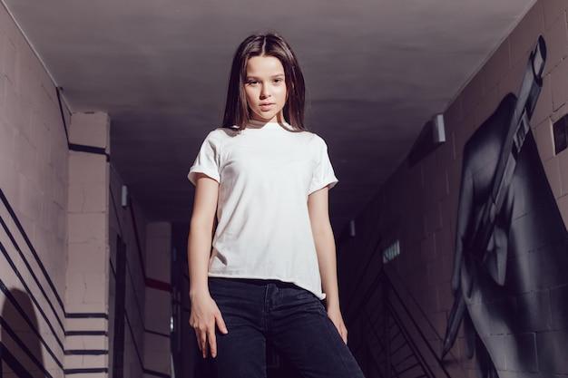 Mooie jonge tiener die overhemdsmodel draagt