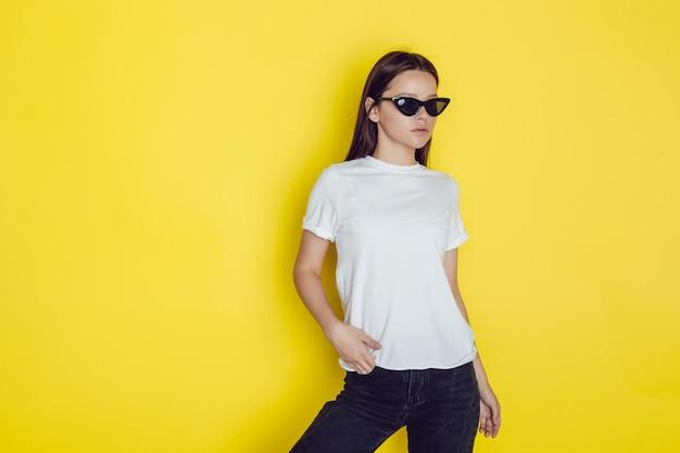 Mooie jonge tiener die overhemdsmodel draagt Premium Psd