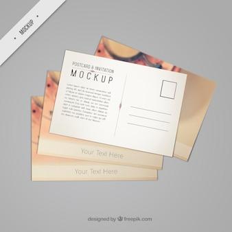 Mooie postkaart mockup met een uitstekende telefoon
