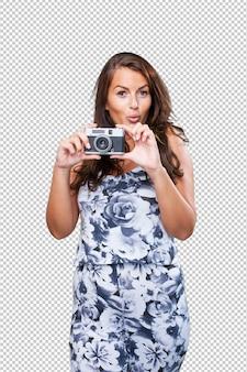 Mooie vrouw die een camera houdt