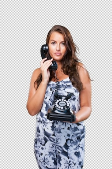 Mooie vrouw die op telefoon spreekt