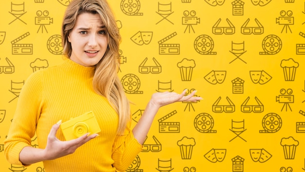 Mooie vrouw met geel conceptenmodel