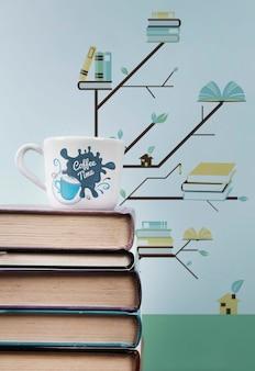 Mucchio di libri close-up con una tazza di caffè