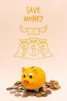 Mucchio di monete sotto un salvadanaio giallo