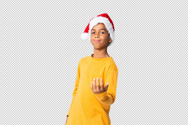 Muchacho afroamericano con sombrero de navidad invitando a venir con la mano. feliz de que hayas venido