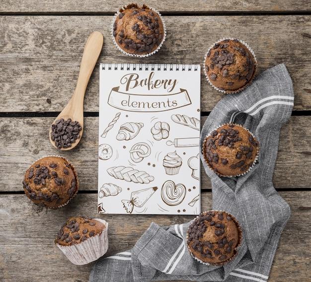 Muffin al cioccolato vista dall'alto sul tavolo