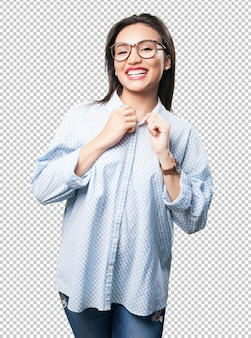 Mujer asiática ajustando su ropa