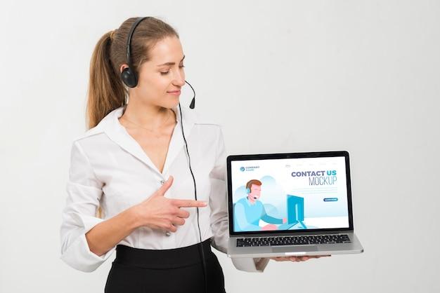 Mujer con asistente de centro de llamadas portátil
