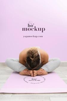 Mujer atlética haciendo yoga en casa