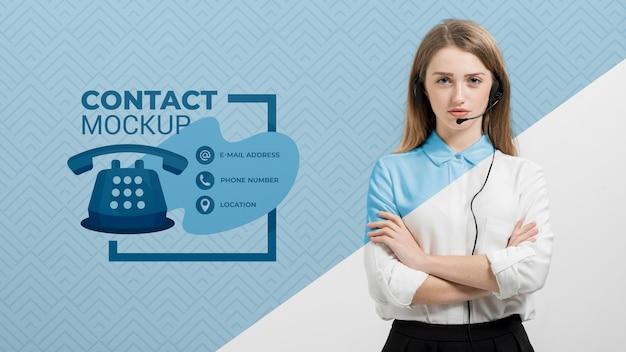 Mujer con auriculares asistente de centro de llamadas