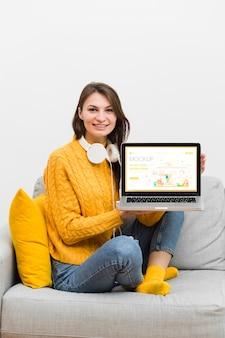 Mujer con auriculares y laptop