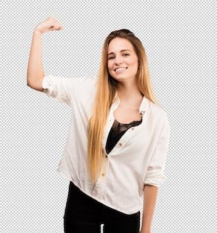 Mujer bastante joven que hace gesto fuerte
