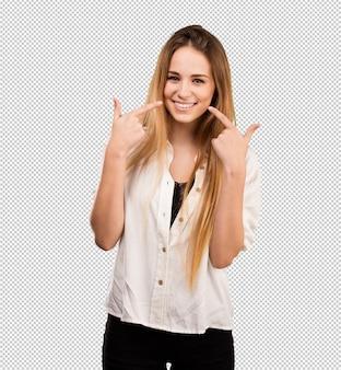 Mujer bastante joven que señala su boca