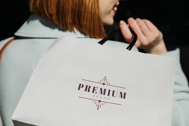 Mujer con una bolsa de compras después de una juerga de gastos