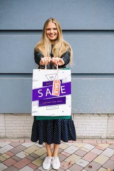 Mujer con bolsas de compra
