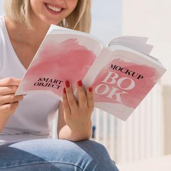Mujer, en, calle, libro de lectura