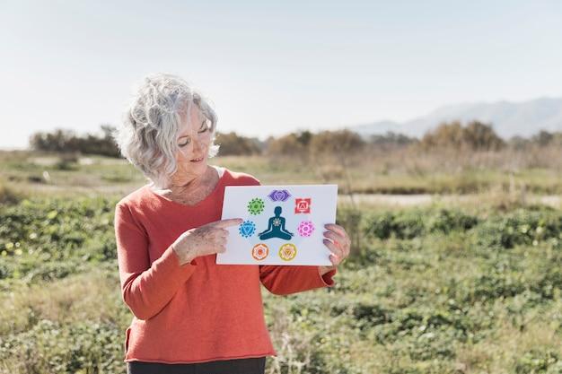 Mujer con un cartel de meditación maqueta