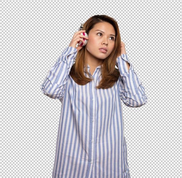 Mujer china escuchando música con auriculares