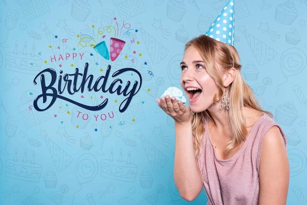 Mujer comiendo pastel en la fiesta de cumpleaños