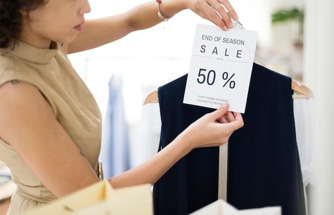 Mujer con el signo de venta de 50 por ciento