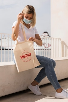 Mujer con concepto de maqueta de bolso