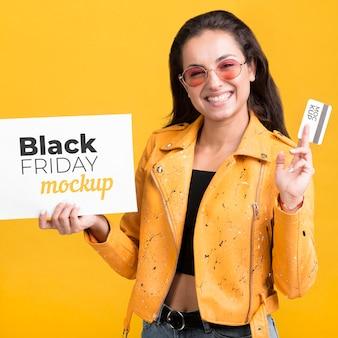 Mujer con concepto de viernes negro con tarjeta de crédito