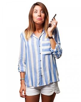 Mujer confundida sujetando su móvil