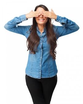 Mujer cubriendo sus ojos