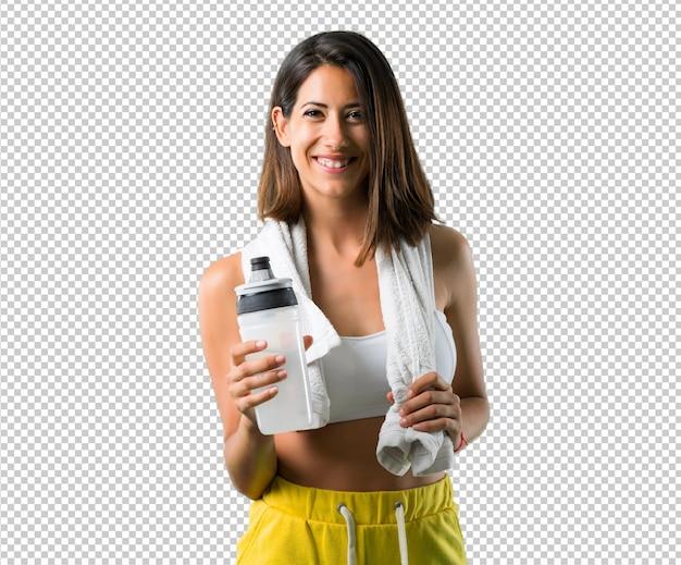 Mujer de deporte con una botella y una toalla
