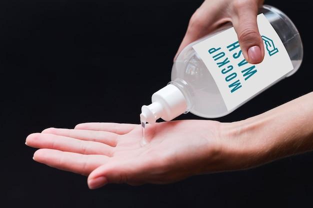 Mujer, desinfectar, manos, primer plano