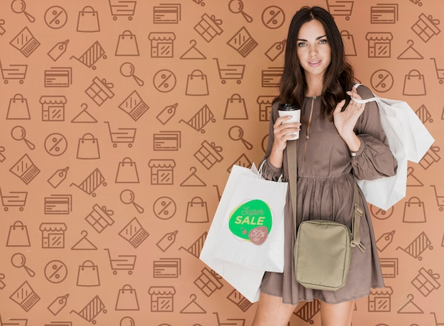 Mujer elegante con bolsas de compras