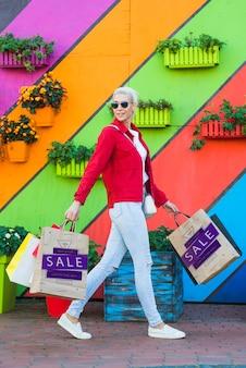 Mujer de estilo con maquetas de bolsas de compra