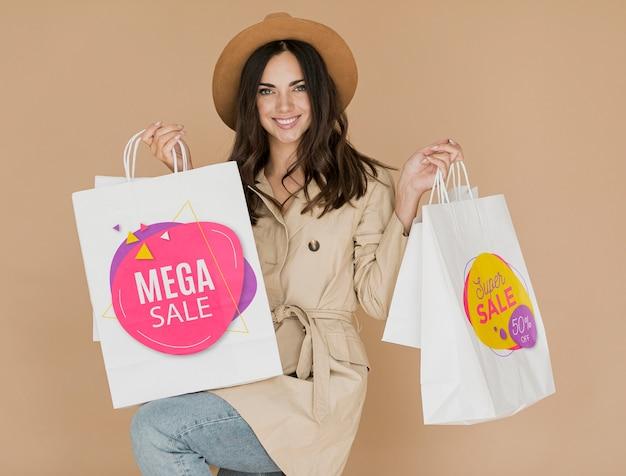 Mujer feliz con bolsas de compras