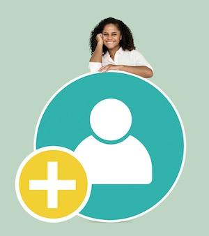 Mujer feliz con un icono de usuario agregar
