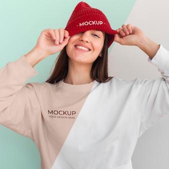 Mujer feliz con una sudadera con capucha y una maqueta de blusa