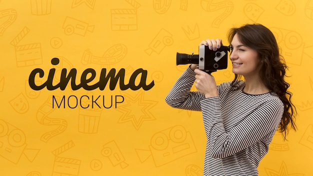 Mujer filmando con vieja cámara retro