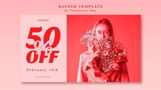 Mujer con flores en su chaqueta mejor banner de oferta de san valentín