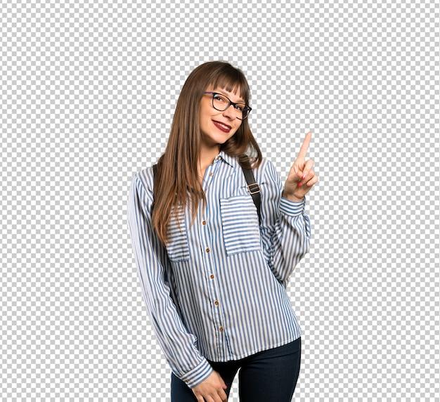 Mujer con gafas mostrando y levantando un dedo en señal de lo mejor.