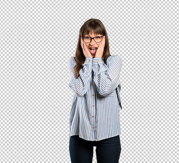 Mujer con gafas con sorpresa y conmocionada expresión facial.