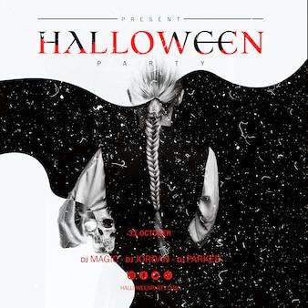 Mujer de halloween con cola de caballo sosteniendo una calavera desde atrás