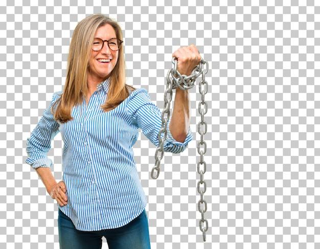 Mujer hermosa mayor con una cadena. concepto de libertad