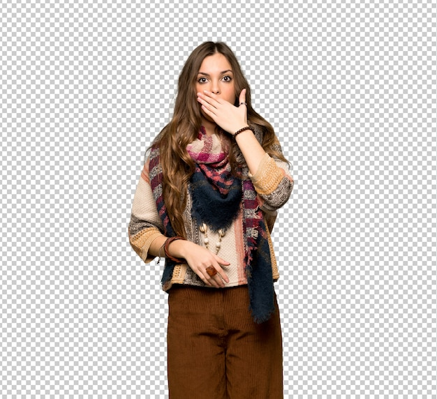 Mujer hippie joven que cubre la boca con las manos por decir algo inapropiado.