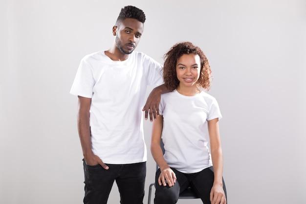 Mujer y hombre con diseño de maqueta de camisas.
