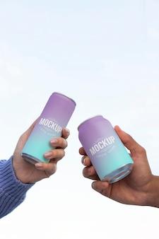 Mujer y hombre sosteniendo un refresco enlatado de maqueta