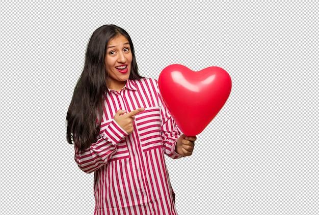 Mujer india joven que celebra día de tarjetas del día de san valentín