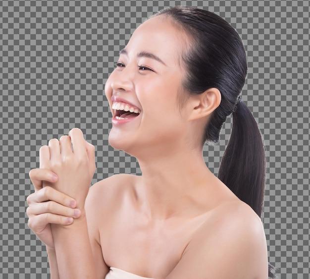 La mujer joven asiática de los años 20 tiene una piel hermosa y suave, blanqueamiento limpio, sonrisa de cara aislada. la niña se despierta por la mañana y siente una sonrisa fresca, ríe como si usara una loción de tratamiento.